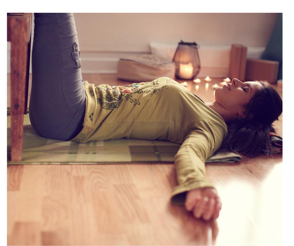 Restorative yoga ci aiuta a liberarci dal giudizio altrui e dal nostro facendoci raggiungere uno stato di rilassamento profondo