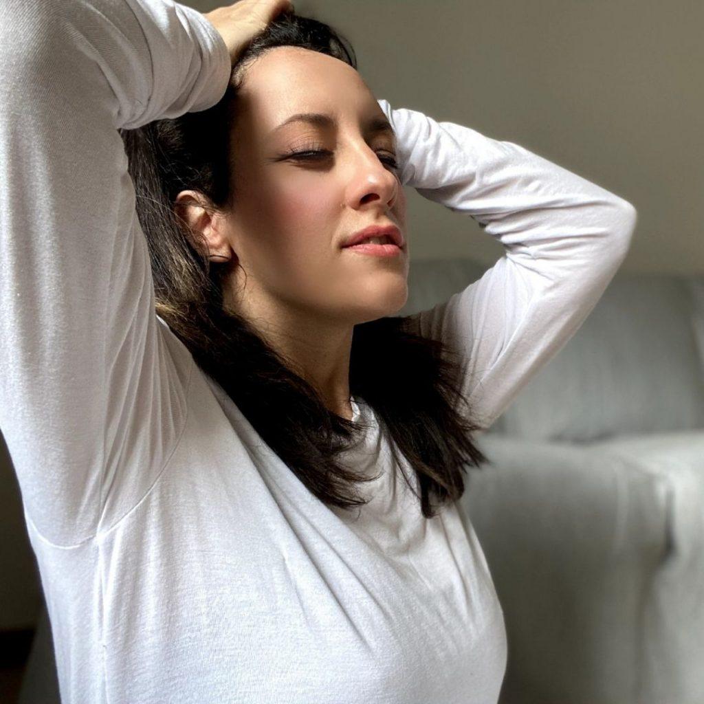 Giorgia Colavolpe insegnate di restorative yoga ci insegna quanto è importante respirare profondamente